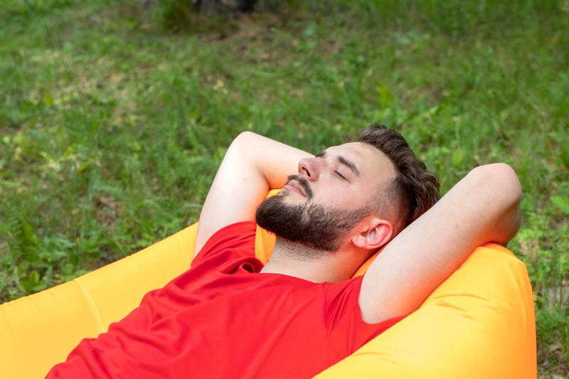 relaxen-in-de-tuin-met-opblaasbare-meubels